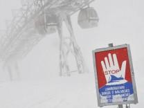 Schild Lawinengefahr Skigebiet Wallberg bei Rottach Egern Oberbayern Bayern Deutschland Europa