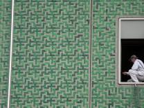 Bruck: Maler streicht am Sparkassen-Hauptgebaeude