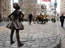 Bronzeskulpturen 'Fearless Girl' und 'Charging Bull'; fearlessgirl