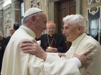 Papst Franziskus l und sein zurueckgetretener Vorgaenger Benedikt XVI r haben bei der Feier d