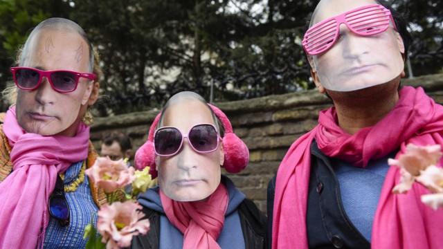 Demonstration vor der russischen Botschaft in London gegen die Verschleppung und Ermordung von Homosexuellen in Tschetschenien.