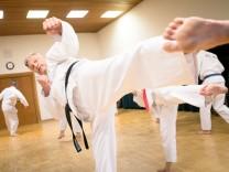 Taekwondo-Meister Peter Fassbender in der Grundschule/Turnhalle der Volksschule Planegg. Trainer, der das seit 20 Jahren für die VHS macht