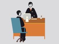 GeschâÄ°ftsmann an einem Schreibtisch befragt einen Mann in einem Stuhl PUBLICATIONxINxGERxSUIxAUTxONL