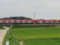 S-Bahn in der Landschaft