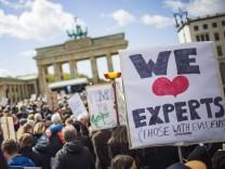 Wissenschaftler und Wissenschaftlerinnen demonstrieren beim March of Science am Samstag 22 04 17 i