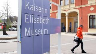 Sissi-Statue vor dem S-Bahnhof Possenhofen; Das Sissi-Museum in Possenhofen