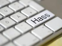 Computertastatur mit dem Wort Hass auf einer Taste Symbolfoto Hass und Mobbing im Internet Copyrig