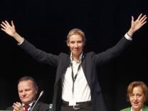 """""""Wir werden's rocken"""", sagte Alice Weidel, AfD-Spitzenkandidatin für die Bundestagswahl beim Parteitag in Köln.Es war vor allem dieses eine Verb, dass in der rechtpopulistischen Ecke seltsam deplatzi"""
