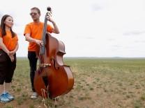 Foto zum Jazztag am 30. April, Martin Zenker, Bass, und mongolische Schülerin