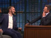 Jan Böhmermann mit seinem Late-Night-Show-Gastgeber Seth Meyers