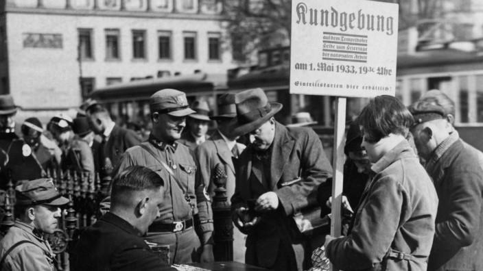 Ticketverkauf zur Maikundgebung auf dem Tempelhofer Feld 1933