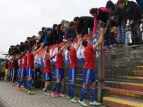 Spieler der SpVgg Unterhaching bedanken sich bei den Fans bedanken Dank Feiern optimistisch Fus