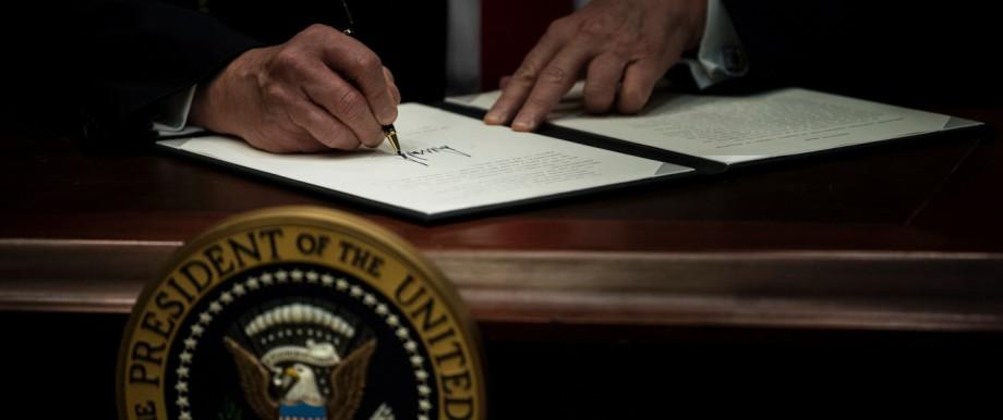 Donald Trump unterreichnet einen Erlass