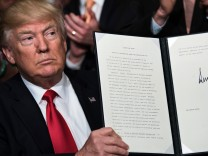 Donald Trump unterzeichnet einen Erlass