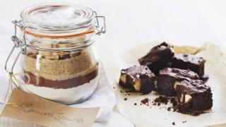 Trockene Zutaten f?r Brownie in einem Einmachglas und Brownies