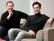 Klaus Harisch (links, hat die Telefonauskunft 11880 gegründet), daneben sein Sohn Pablo Harisch und Hund Napoleon. In ihrem Büro Marktstraße 17