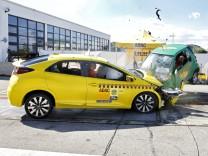 ADAC-Crashtest zwischen einem Honda Civic und einem Smart Fortwo.
