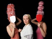Cenerentola Pasinger Fabrik, Carolin Ritter in der Titelrolle, hier mit den Stiefschwestern