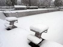 Schnee im Freibad