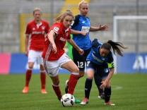 v li Vivianne Miedema FC Bayern München FCB 10 Martina Moser Hoffenheim 7 im Zweikampf Due