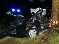 Auto kracht gegen Baum - zwei junge Männer tot