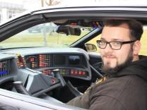 Florian Bertele in seinem Nachbau von K.I.T.T. aus der TV-Serie Knight Rider
