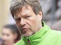 Robert Habeck Gruene gibt Interviews vor dem Luebecker Rathaus 04 05 17 Luebeck Schleswig Holstei