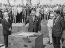 Alois Hundhammer, Lauritz Lauritzen und Hans-Jochen Vogel bei Grundsteinlegung für Neuperlach, 1967