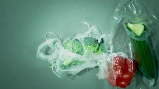 Müll Gemüse und ihre Plastikverpackung