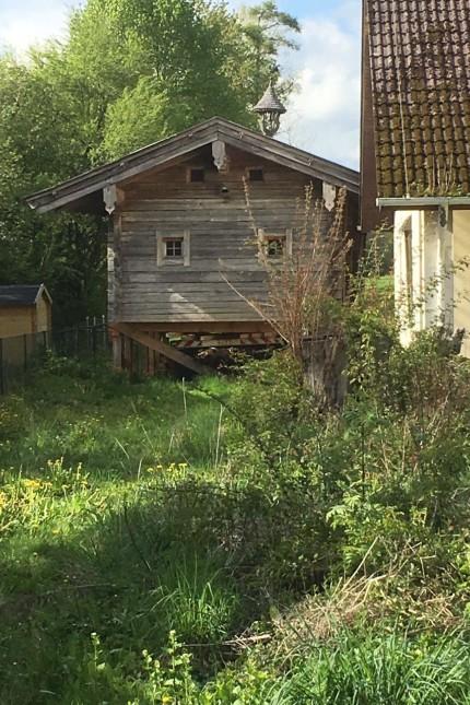 Klein Tirol - Hüte auf dem Genz-Grundstück befindet sich auf einem Tieflader. Foto: privat