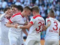 Alfred Finnbogason FC Augsburg 27 Philipp Max FC Augsburg 31 Jubel nach dem 3 0 FC Augsburg vs