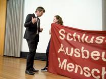 Protest bei Infoveranstaltung zu geplantem Schlachthof in Aschheim, 2016