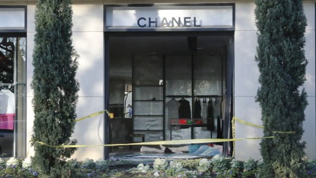 Auto Fährt In Chanel Boutique Smash And Grabs Panorama