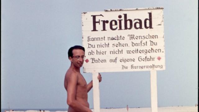 Sommerurlaub GDR20160222 Aufnahme ca 1964 Sommerurlaub an der Nordsee Sylt Mann am Nacktbadest