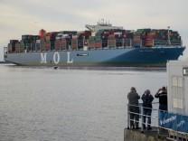 Containerschiff 'MOL Triumph' auf dem Weg zum Hamburger Hafen
