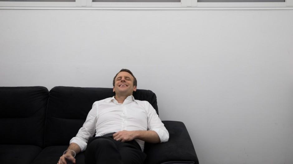 Erschöpft und zugleich erleichtert: Emmanual Macron mit einem Glas Wasser nach dem TV-Duell mit Marine Le Pen.
