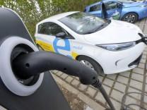 Renault Zoe an einer Ladesäule für Elektroautos