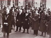 Alois Wunder bei der Ansprache zur Einweihung des neuen Pasinger Rathauses am 14.11.1937.  Personen rechts hinter dem Redner (von links nach rechts): 2. Bürgermeister Josef Amann, unbekannte Person in Zivil, Staatssekretär Hans Dauser,  Münchens Oberbürg