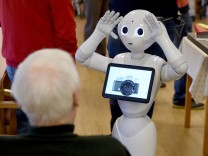 Roboter 'Emma' rockt die Kieler Demenz-WG
