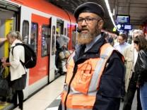 Reisendenstromlenker am S-Bahnsteig: Schneller unterwegs dank klarer Ansagen. Fotografiert am S-Bahnsteig HBF