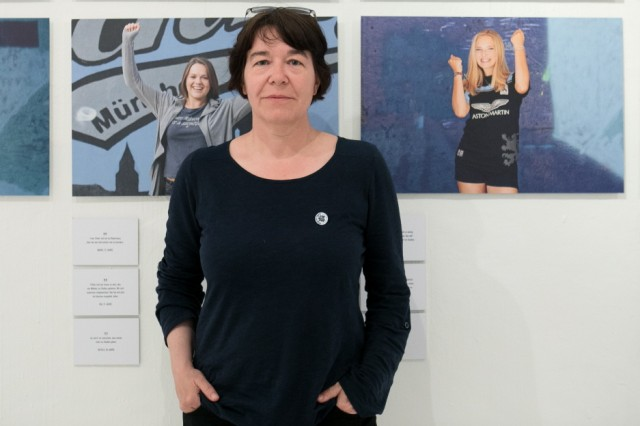 Fotografin Anne Wild in der Färberei in der Claude-Lorrain-Straße 25. Ausstellung über Frauen, die Fans des TSV 1860 sind.