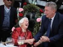 Dieter Reiter gratuliert Münchner Jubilarin zum 100. Geburtstag, 2015
