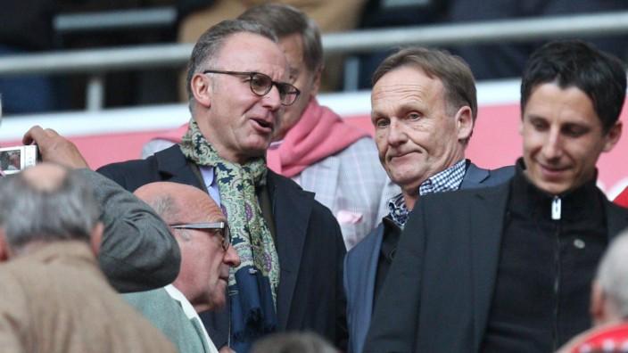 l r Vortandsvorsitzender Karl Heinz Rummenigge FC Bayern München gibt Geschäftsführer Hans Joachi