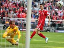 Alexander Schwolow SC Freiburg 1 haelt den BallRobert Lewandowski FC Bayern Muenchen 9 FC Baye