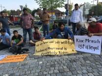 Pakistanische Asylbewerber demonstrieren vor dem Landratsamt
