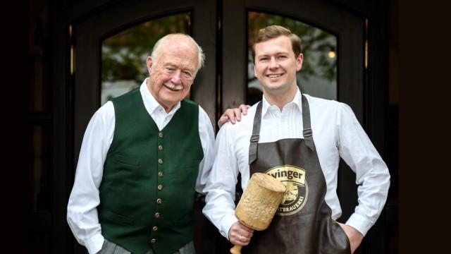 Bräu Franz Inselkammer Junior mit seinem Vater Franz. Aying