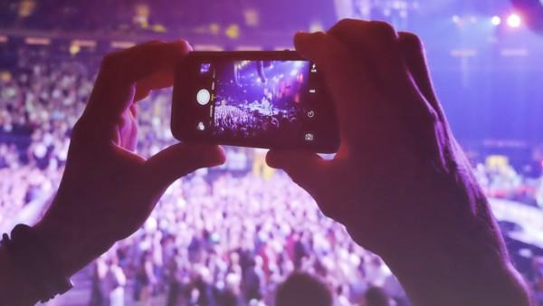 Hands holding smart phone filming concert model released Symbolfoto PUBLICATIONxINxGERxSUIxAUTxHUNx