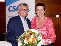 Dr. Michael Zimmermann, der Sprecher der CSU-Fraktion im Gemeinderat Neuried, gratulierte im Namen aller Mitglieder Marianne Hellhuber zur Wiederwahl.