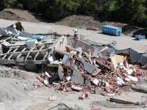 Zweifach gesprengtes Krankenhaus fällt zusammen