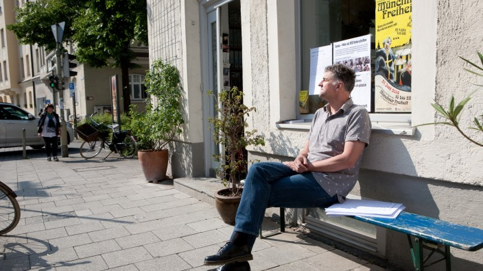 Michael Wladarsch, Georgenstraße 84, auf seiner blauen Bierbank